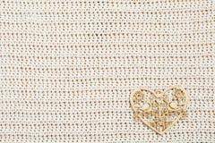 Corazón de madera en tela hecha punto Fotos de archivo