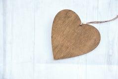 Corazón de madera en un fondo de madera blanco con el copyspace Fotos de archivo libres de regalías