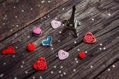 Corazón de madera en un tablero de madera fotos de archivo