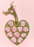 Corazón de madera hecho a mano adornado con las rosas de papel Foto de archivo