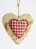 Corazón de madera, materia textil ajustada en el centro Imagen de archivo libre de regalías