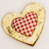 Corazón de madera, materia textil ajustada en el centro Fotografía de archivo