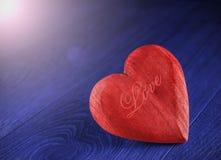 Corazón de madera rojo en fondo azul Fotos de archivo