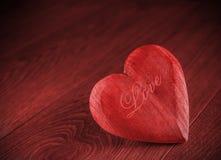 Corazón de madera rojo en fondo rojo Imagen de archivo