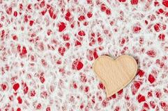 Corazón de madera simple en un fondo simple foto de archivo