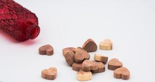 Corazón de madera y botella roja Foto de archivo