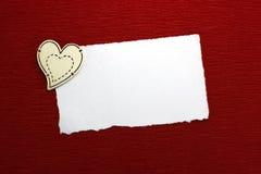 Corazón de madera y hoja de papel blanca Foto de archivo