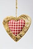 Corazón de madera y materia textil ajustada Fotos de archivo