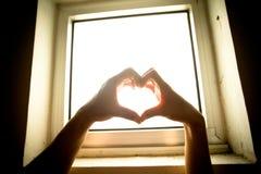 Corazón de manos foto de archivo