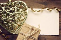 Corazón de oro del cordón del día de tarjetas del día de San Valentín Foto de archivo libre de regalías