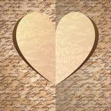 Corazón de papel beige con el modelo del handwrite Foto de archivo