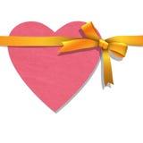 Corazón de papel con la cinta de oro atada Foto de archivo