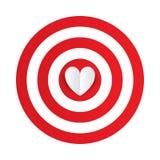 Corazón de papel en el centro del objetivo de la blanco de los dardos. libre illustration