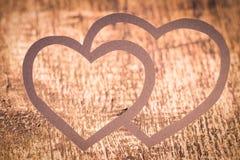 Corazón de papel gemelo en la madera. Tarjeta del día de tarjetas del día de San Valentín Fotografía de archivo libre de regalías