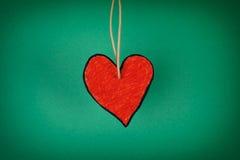 Corazón de papel rojo en un fondo verde fotografía de archivo libre de regalías