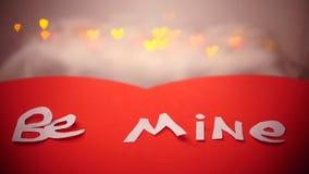 Corazón de papel rojo móvil con las letras blancas ilustración del vector