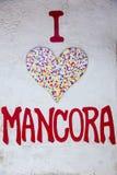 Corazón de piedra del mosaico en el fondo blanco de la pared Foto de archivo
