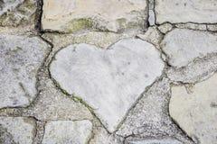 Corazón de piedra en fondo del piso Imágenes de archivo libres de regalías