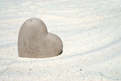 Corazón de piedra en la playa Foto de archivo libre de regalías
