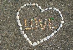 Corazón de piedras en la playa con las palabras Fotos de archivo