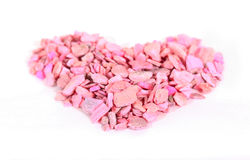 Corazón de piedras rosadas en los tableros blancos Fotos de archivo libres de regalías
