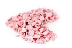 Corazón de piedras rosadas en los tableros blancos Fotografía de archivo libre de regalías
