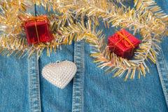 Corazón de plata adornado en los vaqueros para el fondo Imágenes de archivo libres de regalías
