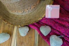 Corazón de plata, caja de regalo, bufandas, sombrero en de madera adornado Imágenes de archivo libres de regalías