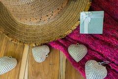 Corazón de plata, caja de regalo, bufandas, sombrero en de madera adornado Imagen de archivo libre de regalías