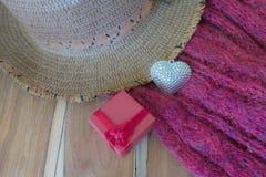 Corazón de plata, scarve, sombrero en el fondo de madera adornado Imagenes de archivo