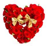 Corazón de rosas rojas con el arqueamiento de oro Imagenes de archivo