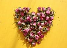 Corazón de rosas rosadas fotos de archivo