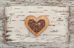 Corazón decorativo de madera en la corteza de abedul Foto de archivo