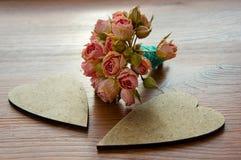 Corazón decorativo del vintage dos con un ramo de flores Imagen de archivo