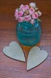 Corazón decorativo del vintage dos con un ramo de flores Imágenes de archivo libres de regalías
