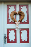 Corazón decorativo en el amor de la puerta principal, día del ` s de la tarjeta del día de San Valentín, Febru Imagen de archivo