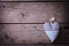 Corazón decorativo en fondo de madera del vintage fotografía de archivo libre de regalías