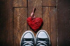 Corazón decorativo en piso de madera imagen de archivo