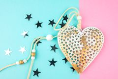 Corazón decorativo inusual del metal en un fondo azul-rosado foto de archivo libre de regalías