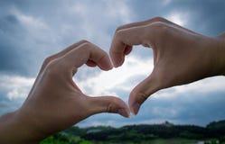 Corazón del amor de las manos imagen de archivo libre de regalías