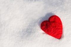 Corazón del amor del día de tarjetas del día de San Valentín en la nieve horizontal imagen de archivo libre de regalías