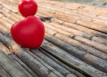 Corazón del amor en de madera Imagenes de archivo