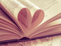 Corazón del amor en un libro Fotografía de archivo libre de regalías