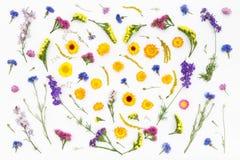 Corazón del amor, fondo de las flores de las tarjetas del día de San Valentín Visión superior, endecha plana Foto de archivo