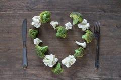 Corazón del bróculi en la tabla de madera Foto de archivo
