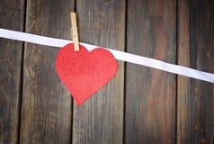 Corazón del brillo sobre el fondo de madera Fotos de archivo