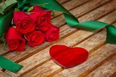 Corazón del día de tarjetas del día de San Valentín con las rosas Fotos de archivo