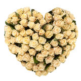 Corazón del día de tarjetas del día de San Valentín hecho de las rosas del moreno aisladas en el fondo blanco Fotografía de archivo