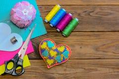 Corazón del día de tarjetas del día de San Valentín El corazón colorido del fieltro, sistema del hilo, tijeras, dedal, fieltro co Fotografía de archivo libre de regalías