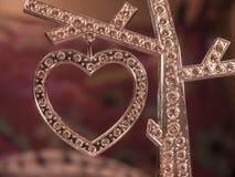 Corazón del diamante en el fondo borroso Foto de archivo